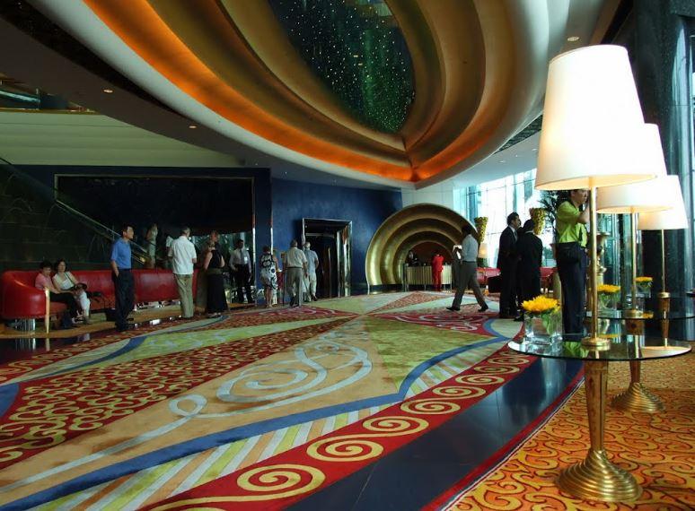 Холл отеля - Заселение гостей